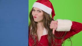 圣诞老人助理莫明其妙地看委员会并且显示拇指下来 绿色屏幕 股票录像