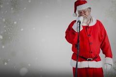 圣诞老人反对白色背景的唱歌歌曲的综合图象 免版税库存图片