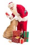 圣诞老人发现了他的礼物 免版税库存照片