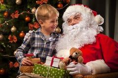 圣诞老人和一个小男孩 图库摄影