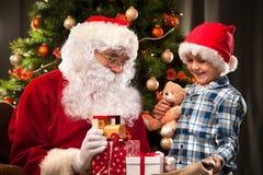 圣诞老人和一个小男孩 免版税库存照片