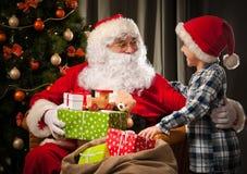 圣诞老人和一个小男孩 库存照片