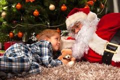 圣诞老人和一个小男孩 库存图片