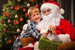 圣诞老人和一个小男孩 免版税图库摄影