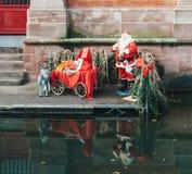 圣诞老人和他的驴雕象准备好圣诞节在彻尔 库存照片