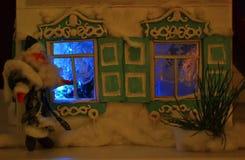 圣诞老人和光亮的窗口 库存照片