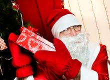 圣诞老人和圣诞节狗 免版税图库摄影