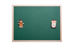 圣诞老人和姜面包人在空的圣诞节装饰品 免版税图库摄影