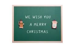 圣诞老人和姜面包在一个绿色黑板的人装饰品 免版税库存照片