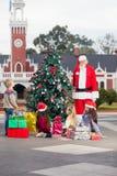 圣诞老人和孩子由装饰的圣诞节 图库摄影