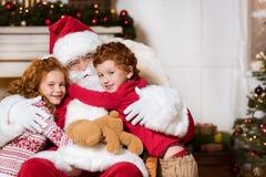 圣诞老人和小兄弟姐妹 库存图片