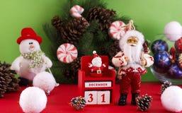 圣诞老人和新年12月31日的` s日历在backgr 免版税库存照片