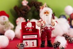 圣诞老人和新年12月31日的` s日历在backgr 库存图片