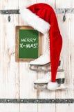 圣诞老人和白色的红色帽子滑冰 mas快活的x 免版税库存图片