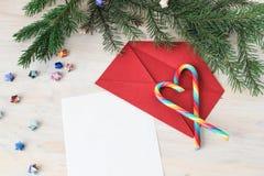 给圣诞老人和红色信封的信件 库存照片