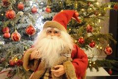圣诞老人和红色装饰品球 免版税库存照片