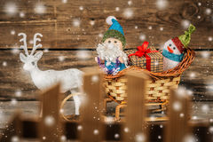 圣诞老人和雪人一个驯鹿雪橇的与礼物 免版税库存照片