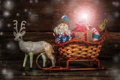 圣诞老人和雪人一个驯鹿雪橇的与礼物 免版税库存图片