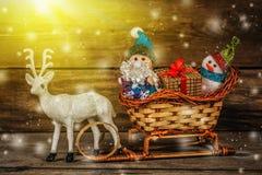 圣诞老人和雪人一个驯鹿雪橇的与礼物 图库摄影