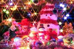 圣诞老人和雪人有一棵装饰的圣诞树的与lig 免版税库存图片