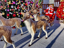 圣诞老人和驯鹿被拉扯的雪橇 库存图片