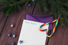 给圣诞老人和紫色信封的信件 库存图片