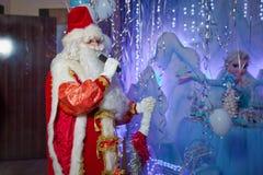 圣诞老人唱歌圣诞节歌曲 父亲弗罗斯特唱歌圣诞节歌曲 父亲圣诞节,严寒 圣诞老人讲话 库存图片