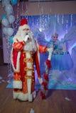 圣诞老人唱歌圣诞节歌曲 父亲弗罗斯特唱歌圣诞节歌曲 父亲圣诞节,严寒 圣诞老人讲话 免版税库存照片