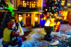 圣诞老人圣诞节玩偶点燃特写镜头背景的装饰雕象 免版税库存照片