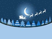 圣诞老人在与驯鹿的一个雪橇飞行在森林圣诞节背景 向量 免版税图库摄影