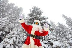 圣诞老人在他的手指显示胜利的标志在wo 免版税图库摄影