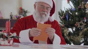 圣诞老人在信封写信并且投入了它 股票录像