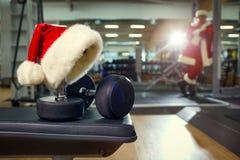 圣诞老人在健身房的` s帽子 库存图片