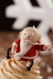 圣诞老人在圣诞节背景的杯形蛋糕细节 免版税库存照片