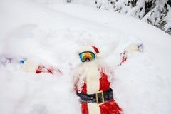 圣诞老人在雪说谎在圣诞节的冬天 库存图片