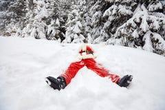 圣诞老人在雪说谎在圣诞节的冬天 库存照片