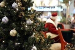 圣诞老人在购物中心 免版税库存照片