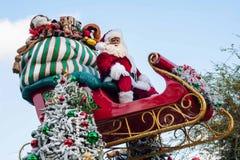圣诞老人在他的在迪斯尼乐园游行的雪橇上面坐 库存照片