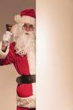 圣诞老人在他的手上的拿着金铃 免版税图库摄影
