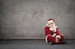 圣诞老人坐地面 库存图片