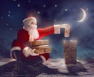 圣诞老人坐屋顶 免版税库存图片