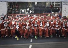 圣诞老人奔跑是tradicional种族 库存照片