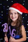 圣诞老人女孩拿着2016个纸图,新年 库存照片