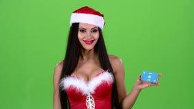 圣诞老人妇女在她的手上拿着一张地图并且显示赞许 绿色屏幕 股票录像