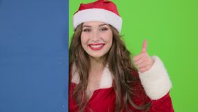 圣诞老人妇女莫明其妙地看委员会并且显示赞许 绿色屏幕 关闭 股票录像