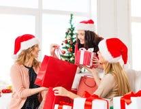 圣诞老人帮手帽子的妇女有购物袋的 免版税图库摄影