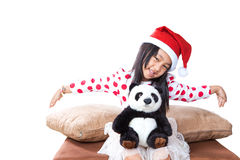 圣诞老人帮手帽子的微笑的女孩有玩具熊的 免版税图库摄影