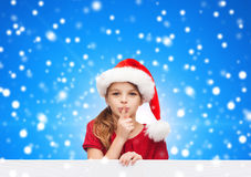 圣诞老人帮手帽子的微笑的小女孩 库存图片