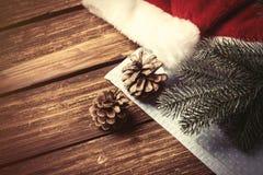 圣诞老人帽子和分支 库存照片
