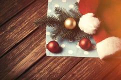 圣诞老人帽子和圣诞节泡影 免版税库存照片